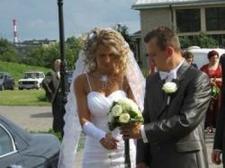 piękna suknia ślubna z salonu Karina z haftowanym, długim welonem - WARTO!!!