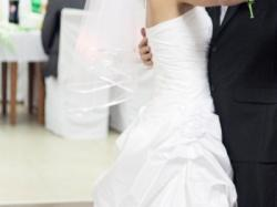Piekna suknia ślubna z śliczną koronka + GRATIS!!!