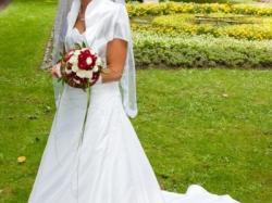 Piękna suknia ślubna z trenem z Salonu Romantica w Bydgoszczy