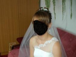 Piękna suknia ślubna z wszystkimi dodatkami