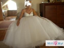 piękna suknia typu księżniczka z trenem