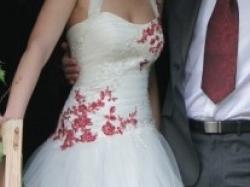 piękna suknia w kolorze kości słoniowej z dodatkai czerwieni