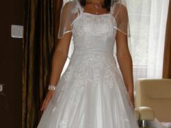 Piękna suknia z brokatowanego tiulu dla księżniczki