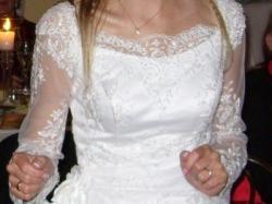 Piękna suknia z mieniącą koronką
