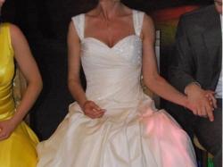 Piękna zdobiona kryształkami suknia Lisa Ferrera