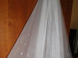 Piękny biały welon ślubny z kryształkami