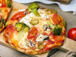 Pizza z brokułami i szynką