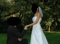 Podkreślająca figurę, elegancka a zarazem prosta suknia ślubna