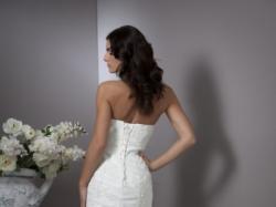 podkreslająca kobiece atuty suknia ślubna