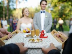 Powitanie pary młodej chlebem i solą to piękny zwyczaj! Jak powinien wyglądać?