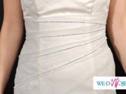 Prosta,klasyczna suknia ozdobiona kryształkami Swarovskiego