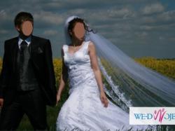 przepiękna  koronkowa suknia ślubna z hiszpańskim welonem