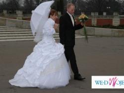 Przepiękna suknia ślubna z trenem zdobiona złotą koronką