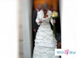Prześliczna i robiąca wrażenie suknia ślubna.