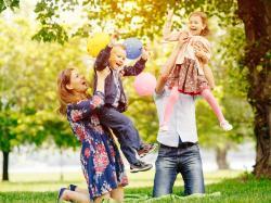 """""""Rodzinne zwyczaje to przyprawa dodająca smaku wyjątkowym chwilom"""". Pisarka i mama czwórki dzieci opowiada o niezwykłych urodzinach"""