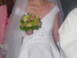 Romantyczna biała suknia w delikatne kwiaty