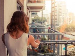 Rozwiesiła na swoim balkonie bieliznę. Nie sądziła, że jeszcze tego samego dnia w skrzynce znajdzie tak wymowny list od sąsiada