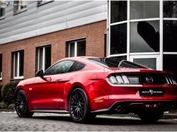 Rubinowy Ford Mustang do ślubu. Wynajem samochodu na wesele. Samochód