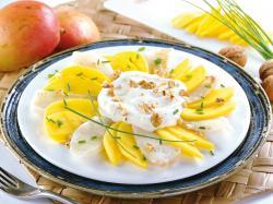 Sałatka rybna z mango