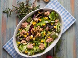 Sałatka z tuńczykiem - smaczna i efektowna! Oto 11 inspiracji