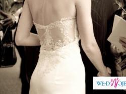 Satynowa sukienka w kolorze ecru z koronką na plecach pięknie podkreśla figurę