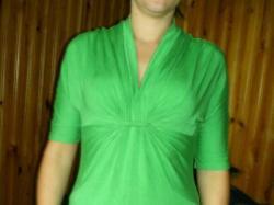 śilczna zielona bluzka, efektowny dekolt