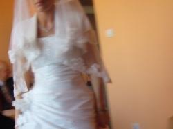 Skromna i jednocześnie wytworna suknia ślubna