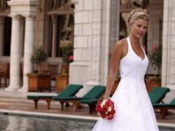 Śliczna biała suknia ślubna z trenem
