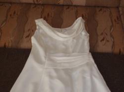 Śliczna sukienka w kolorze kremowym