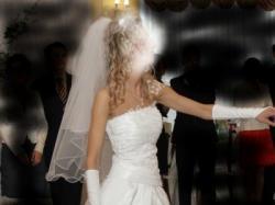 śliczna suknia ślubna z długim i krótkim welonem dla szczupłej dziewczyny