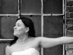 Śliczna suknia ślubna z koronki kolor ecru