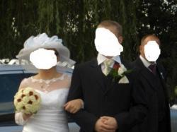 Śliczna suknia ślubna z koronkowymi rękawami