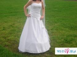 Śliczna suknia ślubna z perełkami
