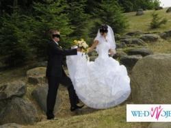 śniezno-biała jednoczesciowa suknia ślubna