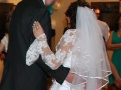 śnieżnobiala suknia ślubna