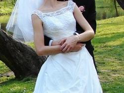 Śnieżnobiała suknia ślubna + welon