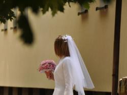 Śnieżnobiała suknia ślubna z muślinu z ramiączkami