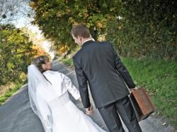 śnieżnobiała suknia ślubna z trenem + halka