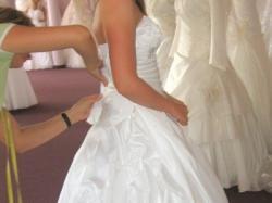 Śnieżnobiałą  suknię ślubną