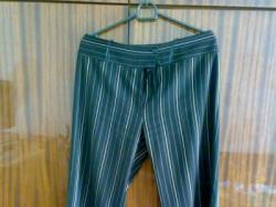Spodnie w kolorze czarnym ze srebrnymi paseczkami