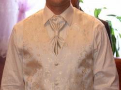 Sprzedam bardzo elegancki garnitur ślubny, kolor ecru.