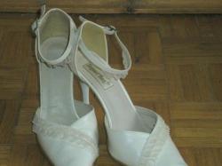 Sprzedam buty ślubne w kolorze ecru.