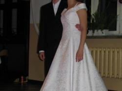 Sprzedam elegancką suknię ślubną jednoczęściową na kole z haftem żakardowym