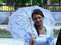 Sprzedam skromną białą suknię ślubną z długim trenem.