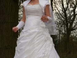Sprzedam śliczną sukienke ślubną, rozmiar 38/40, biała.Dodam welon i rękawiczki!
