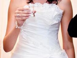 Sprzedam śnieżnobiałą suknię ślubną dla wysokiej panny młodej