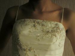Sprzedam suknie ślubną w kolorze ecru.