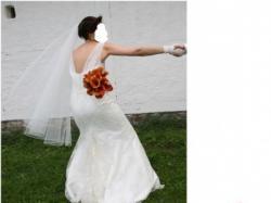 Sprzedam suknię ślubną w kolorze ecru o oryginalnym fasonie