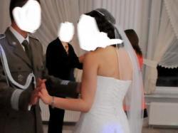 Subtelna, koronkowa suknia ślubna w tylu retro!
