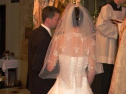 Subtelna suknia czarująca koronkami.
